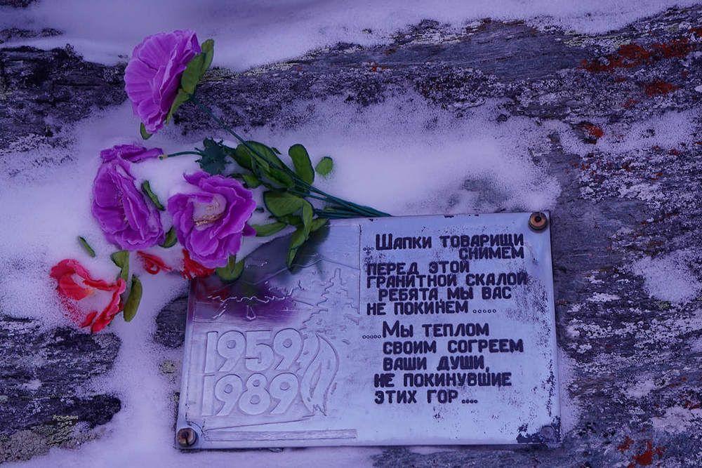 На перевале всегда цветы в память обо всех погибших туристах.