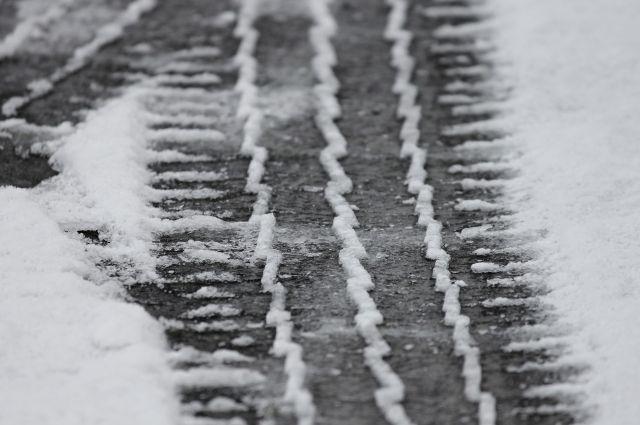 Автодорога перекрыта для движения автомобилей из-за метели.