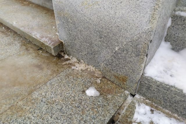 Оренбуржцы гадают, кто «отремонтировал» лопнувшие гранитные балясины.