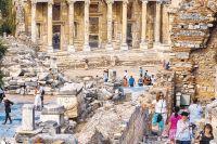 Помимо моря исолнца Турции достались имногочисленные сооружения Римской империи. Кпримеру, можно пройтись поруинам древнего города Эфес идаже зайти вбиблиотеку Цельса (назаднем плане), построенную ещё воII веке нашей эры.