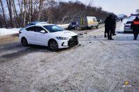 От удара иномарки разбросало по дороге.