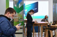Посетители в первом офисе Сбербанка в новом формате, открывшемся на Цветном бульваре в Москве.