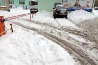 В Мурманске прямо за зданием Центра управления регионом (Софьи Перовской, 5) каждый год непроходимая снежная каша.