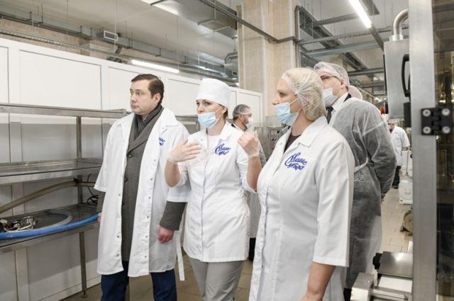 Губернатор Алексей Островский посетил перерабатывающее предприятие в Смоленске.
