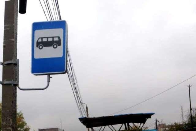 Такой дорожный знак должен быть на каждой остановке. На деле же в Челябинске есть места, где транспорт останавливается без знаков, фактически незаконно.
