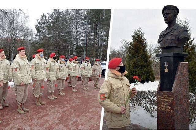 К вечно молодым героям-десантникам теперь приходят с цветами брянские подростки и юнармейцы.