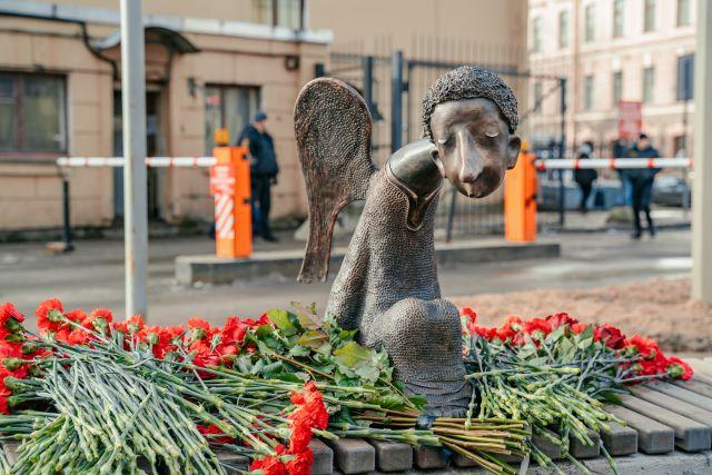 Бронзовая скульптура представляет собой печального ангела.
