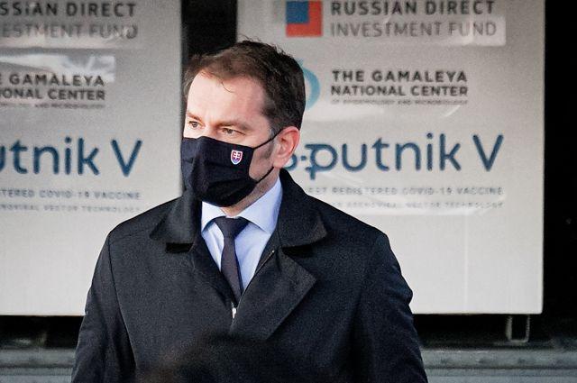 Премьер-министр Словакии Игор Матович ваэропорту города Кошице, куда доставлена первая партия российской вакцины откоронавируса «СпутникV».