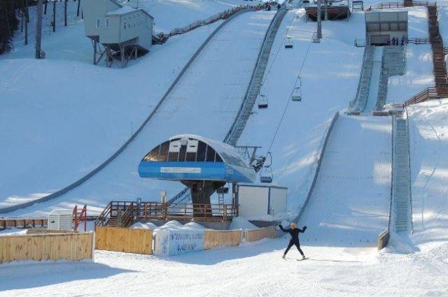 По требованиям международной лыжной федерации (FIS) в этом сезоне соревнования проходят без болельщиков.