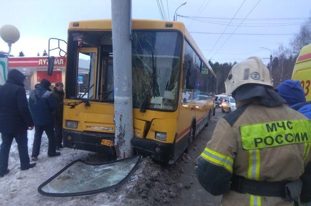 Влетел в столб: девять пассажиров пострадали в ДТП с автобусом в Ижевске