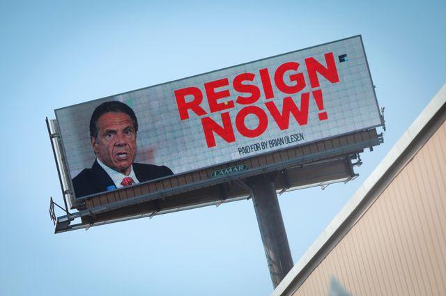 На электронном рекламном щите размещен призыв к губернатору Нью-Йорка Эндрю Куомо уйти в отставку в связи с обвинениями в домогательствах.