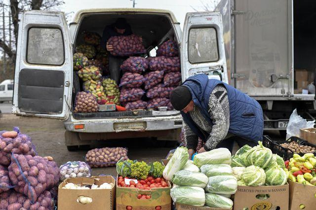 Как бороться сростом цен насельхозпродукцию? Дать возможность продавать еёнапрямую, без посредников. Нафото: фермер привёз овощи, выращенные всвоём хозяйстве, наярмарку вСимферополе.