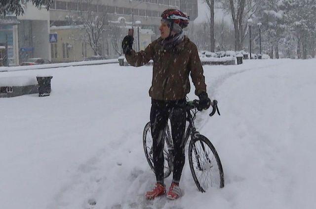 В Крыму велосипедист оказался в «снежном плену».