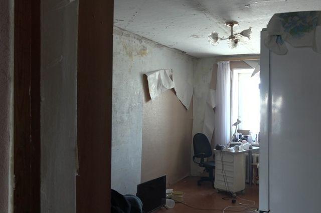 Во всем виноват коронавирус: в Бугуруслане жители пятиэтажки почти год живут в доме без крыши.