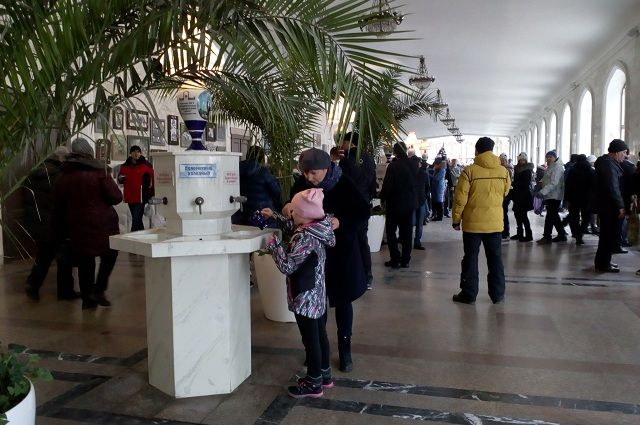 В Нарзанной галерее Кисловодска всегда многолюдно