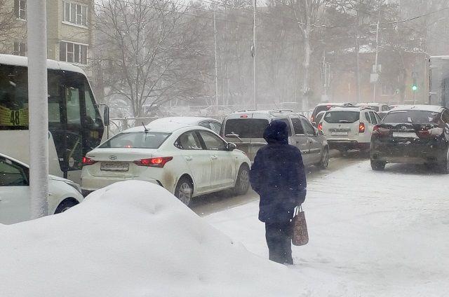 10-баллов: снегопад привел к пробкам в Ижевске