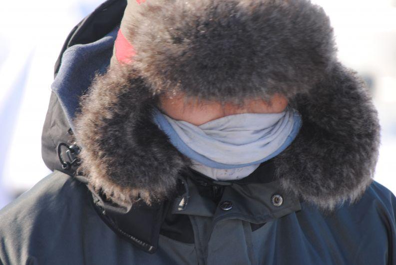 Сильный ветер и мороз заставляли людей заматывать лица, оставляя открытыми только глаза.