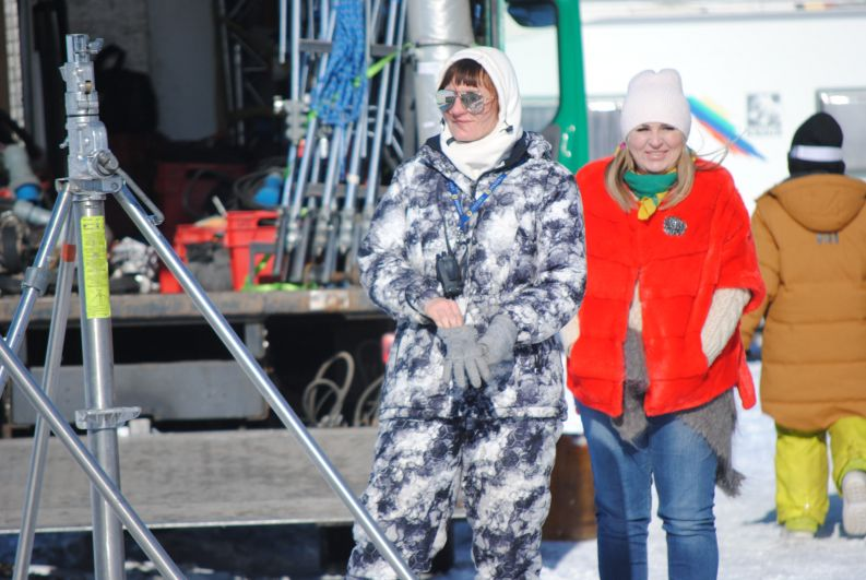 Как бы не было холодно - всегда найдется возможность для яркого наряда.