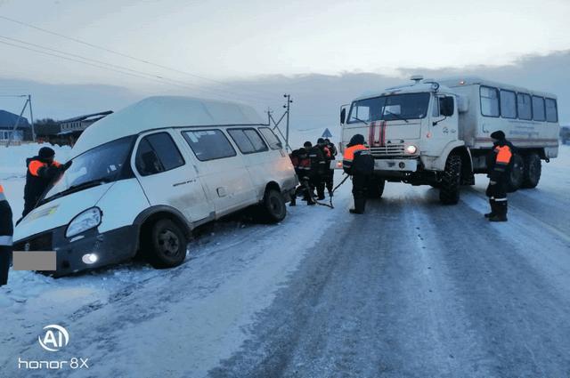 Спасатели Башкирии помогли водителю микроавтобуса, съехавшему в кювет