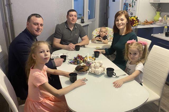 Олег Димов поздравил многодетную семью Казаковых с предстоящим праздником 8 Марта.