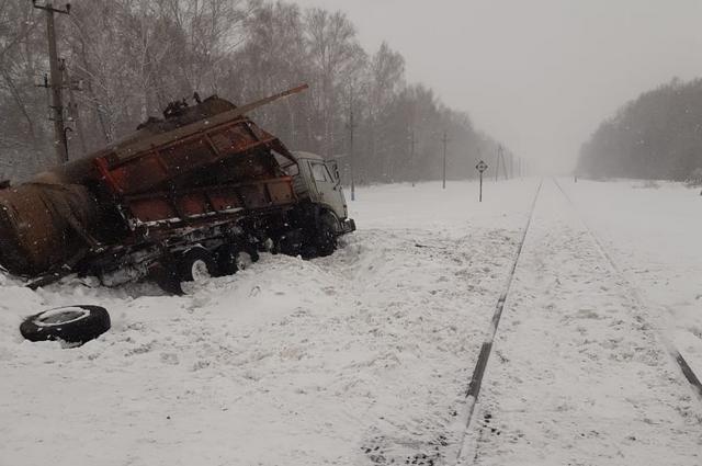 Грузовик угодил под тепловоз на железнодорожном переезде в Башкирии