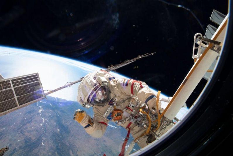 Космонавт Олег Кононеко в открытом космосе.