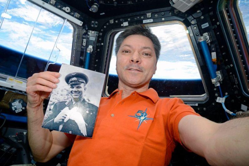 Космонавт Олег Кононенко с портретом первого космонавта Юрия Гагарина.