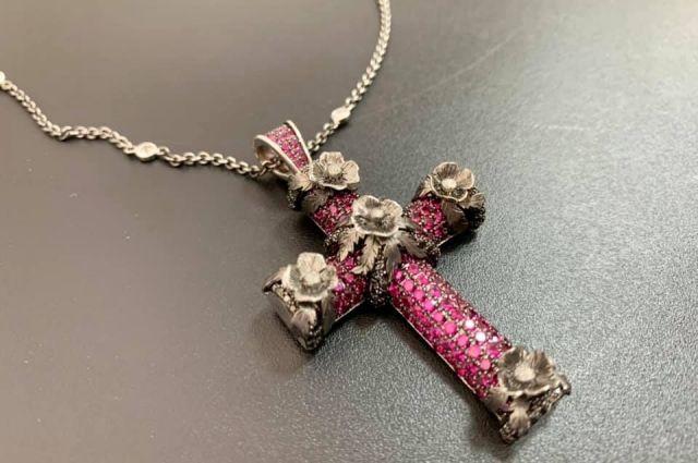В Киевской таможне изъяли ювелирный крест с сотнями бриллиантов и рубинов