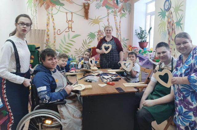 В некоторых семьях с детьми-инвалидами уверены: садик, школа, университет, хорошая работа – всё мимо.