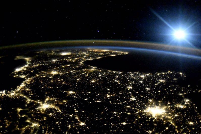 Вид на ночную сторону Земли.