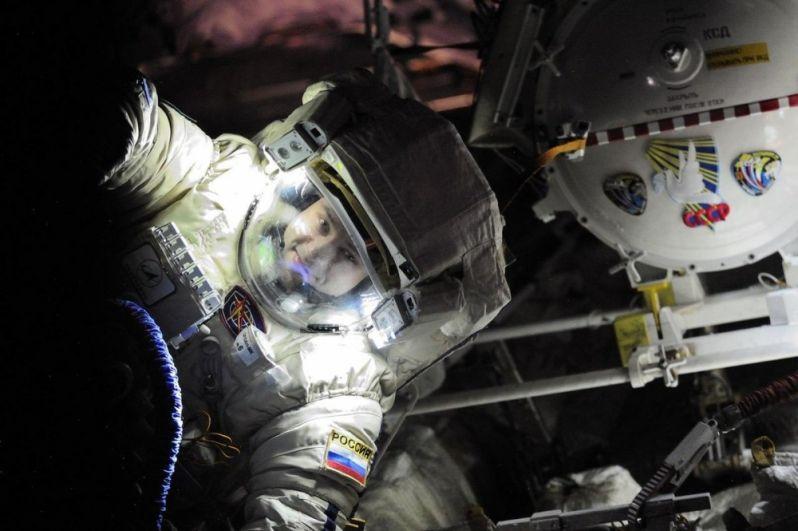 Космонавт Александр Мисуркин в открытом космосе.