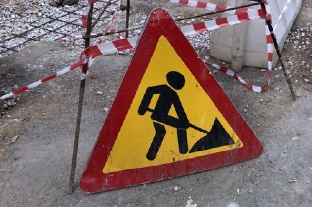 Работники укладывают верхний слой асфальта на дороге Симферополь – Джанкой
