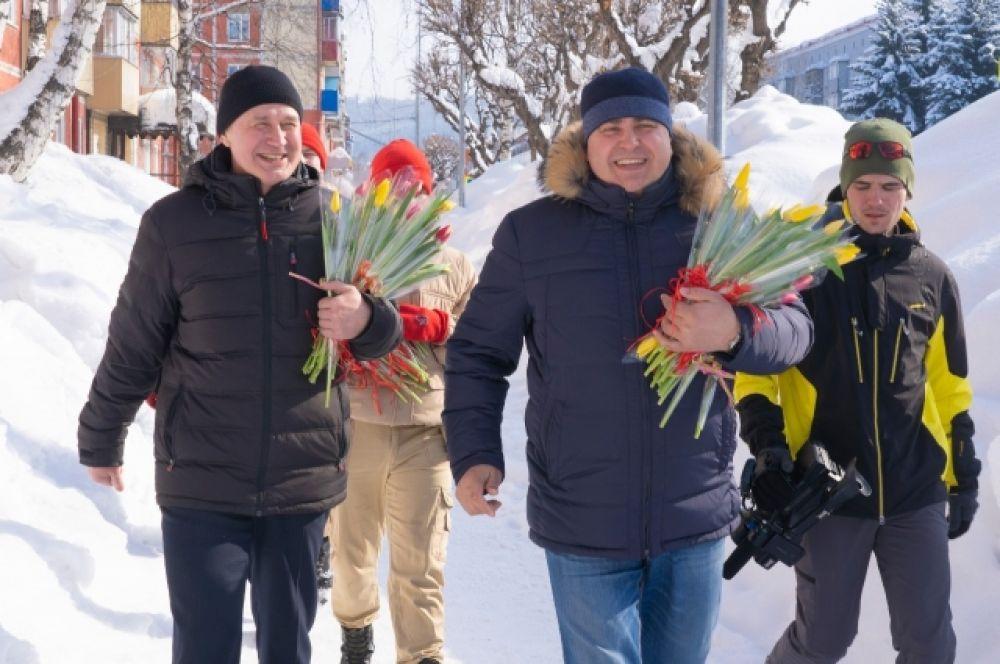 Мэр Междуреченска Владимир Чернов прогулялся по проспекту, вручил тюльпаны и зарядился весенней радостью от прекрасных землячек.