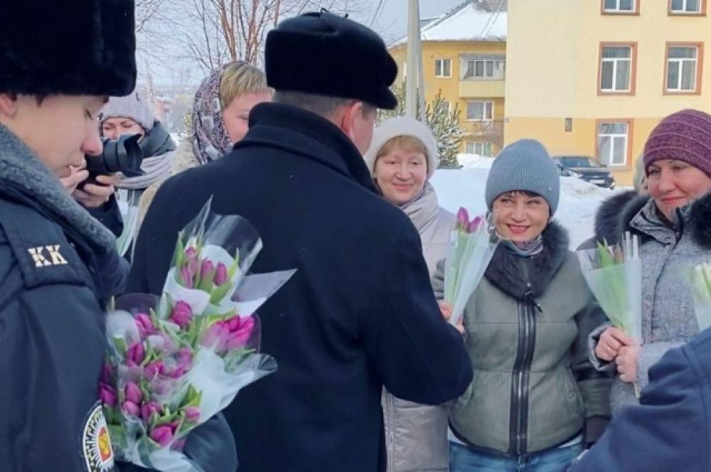 Мэр Прокопьевска Андрей Мамаев вместе с коллегами-мужчинами и кадетами дарил горожанкам весеннее настроение.