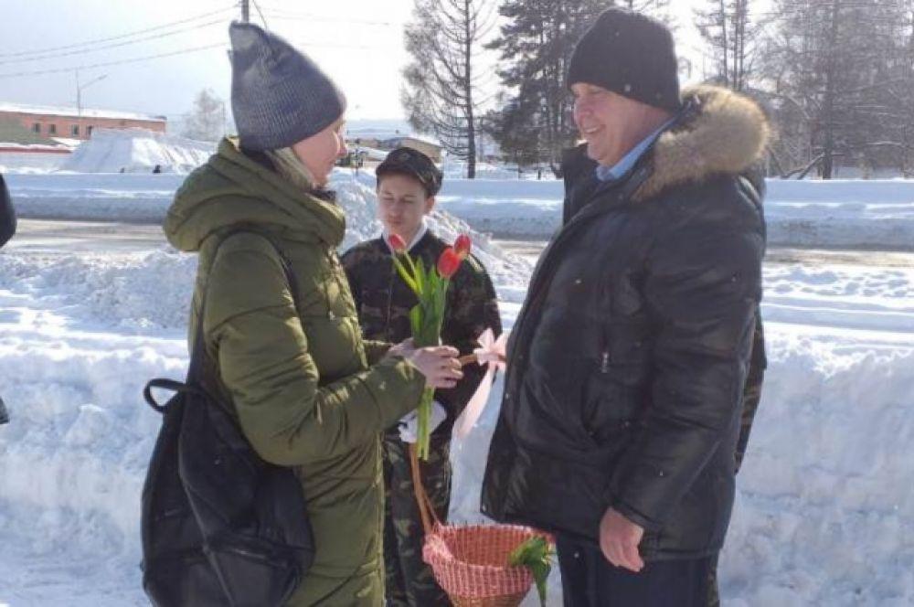 Цветы и поздравление от мэра Мысков Евгения Тимофеева не оставили горожанок равнодушными.
