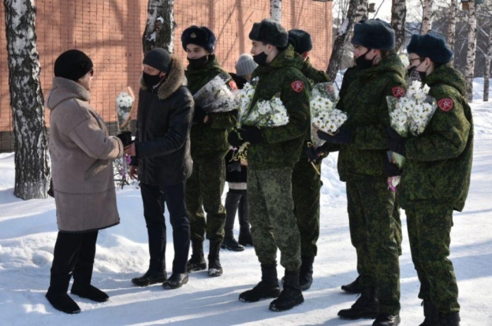 Триста букетов от мэра Белова Алексея Курносова – символическая цифра в честь приближающегося юбилея региона.