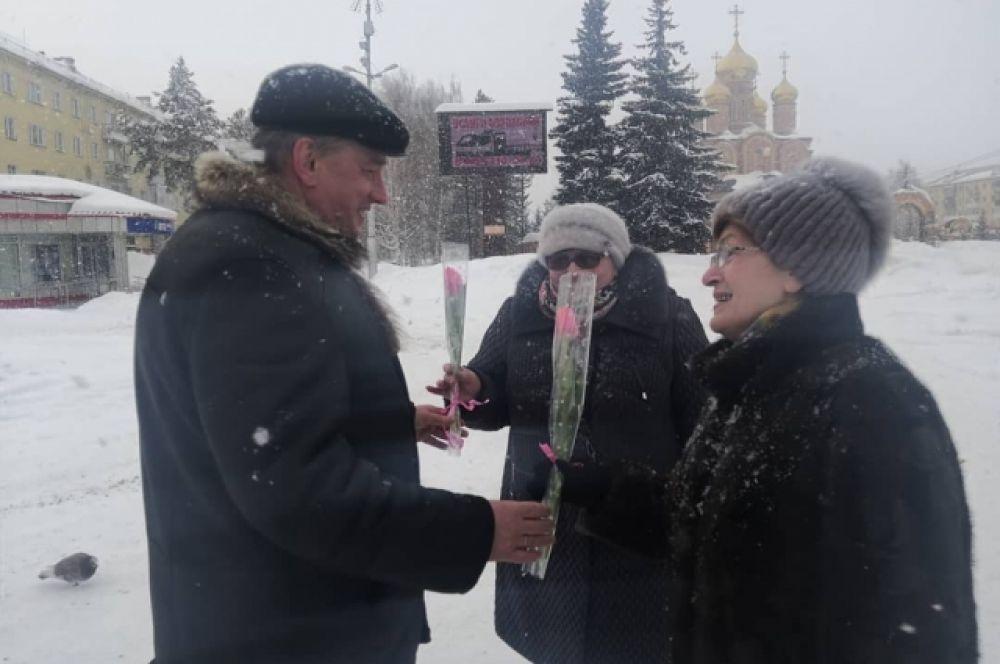 Мэр Осинников Игорь Романов с волонтёрами раздал 300 тюльпанов.