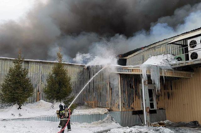 В Новотроицке горящий склад упаковски местного мясокомбината тушат 45 пожарных.