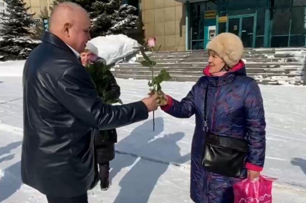 Сергей Цивилёв поздравлял новокузнечанок вместе с кадетами. / скриншот с видео