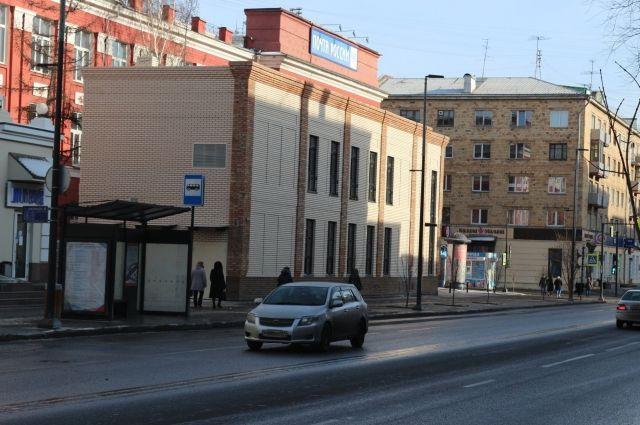Здание кафе находится менее чем в 5 метрах от здания почтового управления.