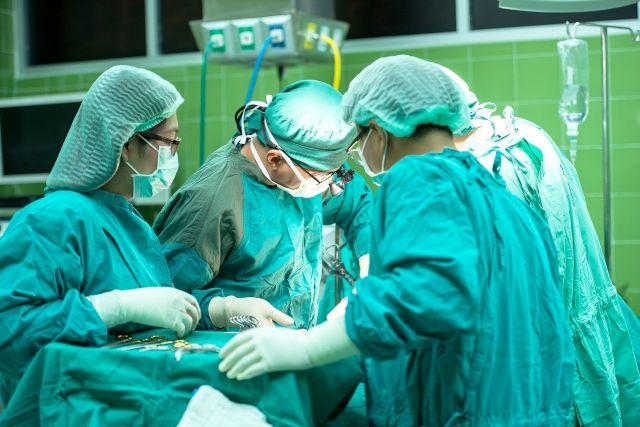 Протез пришили к брюшной аорте, теперь весь кровоток к ногам пациента идет по искусственному заменителю
