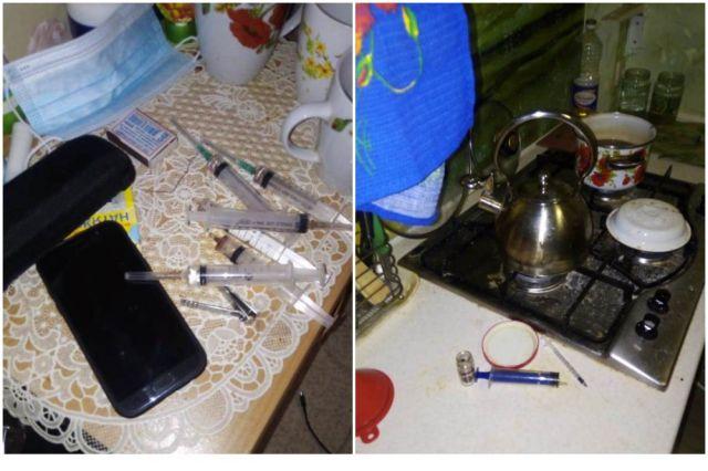 В доме обнаружили склянки с остатками буро-красного вещества, шприцы, а также различные приспособления для изготовления наркотиков.