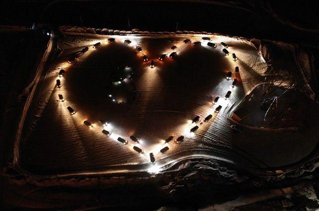 Десятки автомобилей выстроились в форме сердца в Уфе