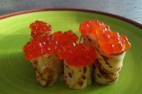 Даже блины, в составе которых по рецепту есть сахар, будут прекрасно сочетаться с икрой и красной слабосолёной рыбкой.