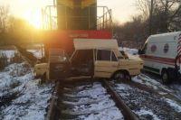 В Виннице поезд столкнулся с автомобилем: есть пострадавшие.