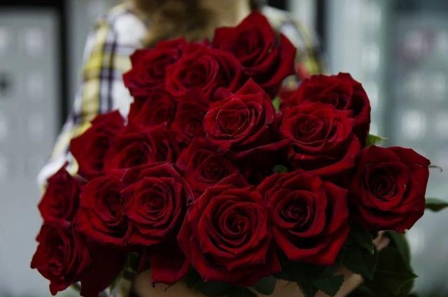 Специалисты рассказали, как правильно выбрать живые цветы и продлить им жизнь в вазе.