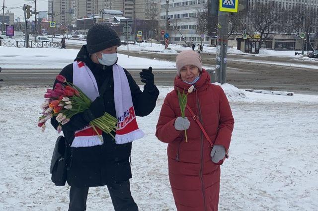 Волонтёры поздравили жительниц Перми с праздником.