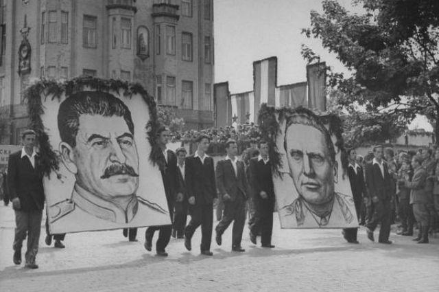 Портреты Сталина и Тито на первомайской демонстрации 1946 года в Белграде.