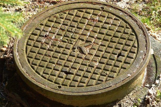 В Западном районе Новотроицка из-за крупного засора произошел разлив канализации.