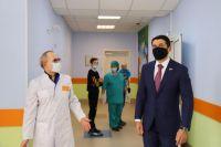 Депутат Госдумы Александр Прокопьев и главврач Зональной ЦРБ Виктор Басов в коридорах районной больницы.